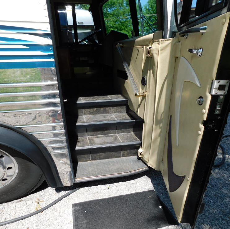 1998 Prevost LeMirage XL Executive / VIP Bus # 49303 For Sale at Staley Bus Sales , Nashville, Tennessee.